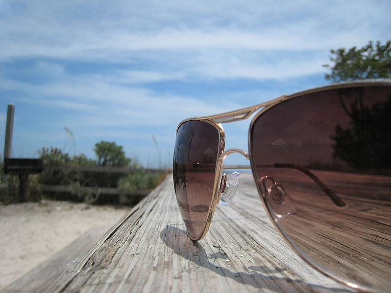 Sunglasses_on_a_Table